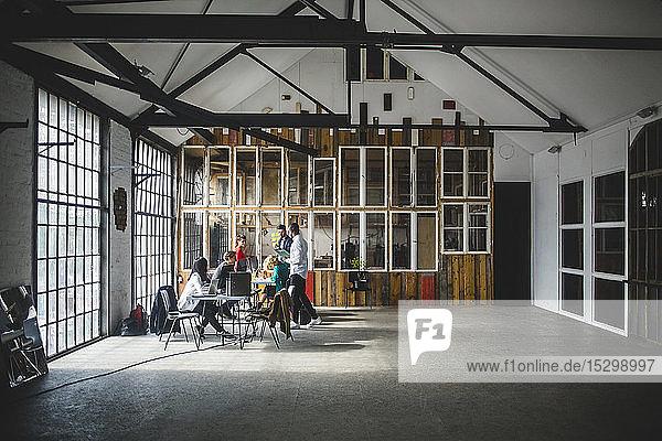 IT-Fachleute beim Brainstorming während eines Treffens im neuen Start-up-Büro