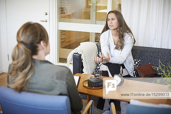 Teenager-Mädchen bespricht Probleme mit Therapeutin im Gemeindezentrum