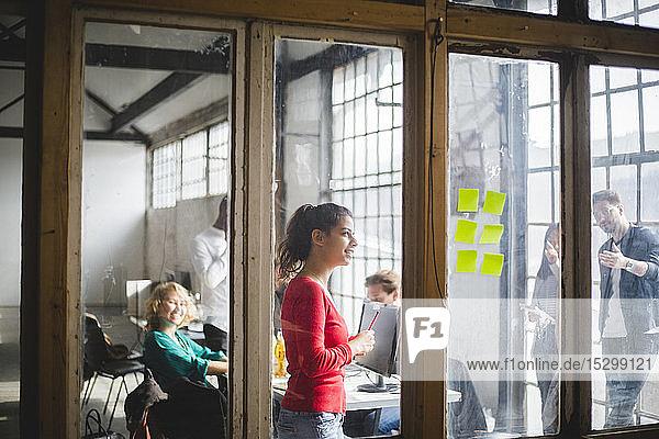 Computerfachleute beim Brainstorming im Sitzungssaal und bei Diskussionen über Haftnotizen im Kreativbüro