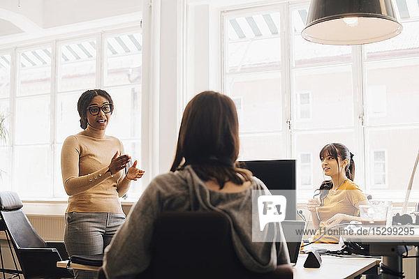Computerhackerinnen diskutieren im Kreativbüro