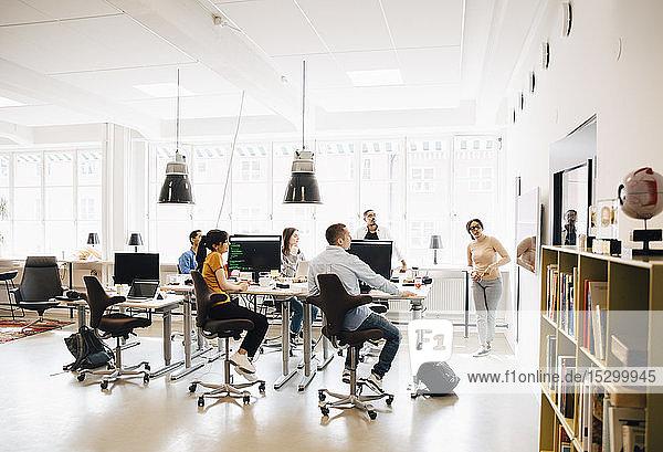 Computerhackerin präsentiert Programmierern bei Treffen im Kreativbüro