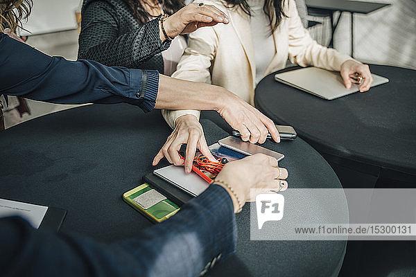 Ein Teil der weiblichen Fachkräfte nimmt während der Konferenz ihr Smartphone vom Tisch