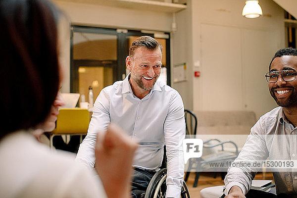 Vertriebsleiter lächeln bei Treffen am Arbeitsplatz
