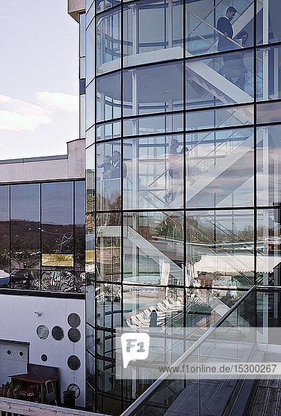 Geschäftsleute im Büro durch Glas gesehen Geschäftsleute im Büro durch Glas gesehen