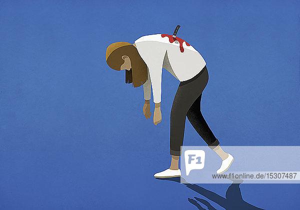 Frau mit Messer in den Rücken gestochen