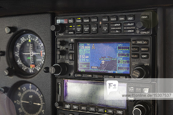 Nahaufnahme Flugzeugcockpit Radio und Instrumente