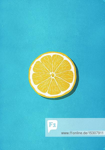 Lebendige gelbe Zitronenscheibe auf blauem Hintergrund