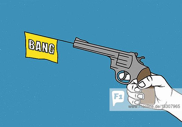 Mann hält eine Spielzeugpistole