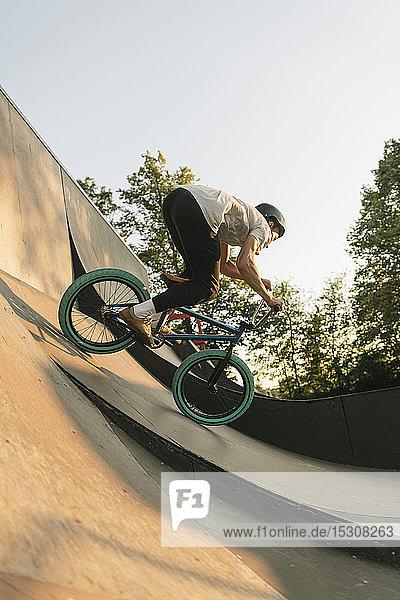 Junger Mann fährt BMX-Rad im Skatepark