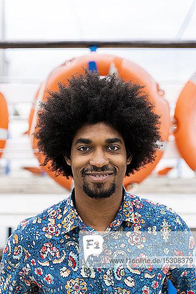 Porträt eines lächelnden  stilvollen Mannes mit funky Shirt