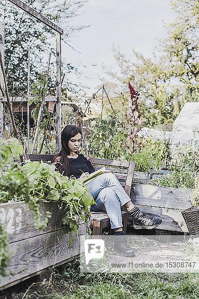 Junge Frau entspannt sich im Stadtgarten