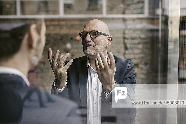 Porträt eines älteren und mittleren Geschäftsmannes bei einem Treffen