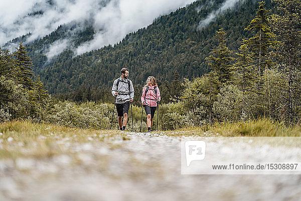 Junges Paar auf einer Wanderung  Vorderriss  Bayern  Deutschland
