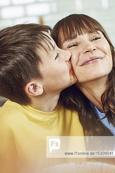 Sohn küsst seine Mutter  Porträt