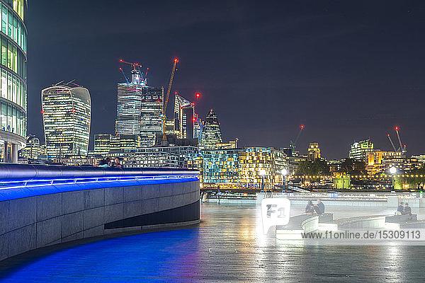 Skyline der Londoner City mit Southbank in der Nähe des Rathauses  London  UK
