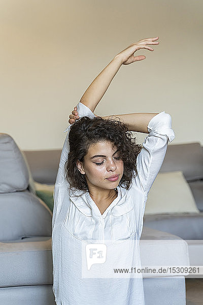 Junge Frau beim Stretching zu Hause