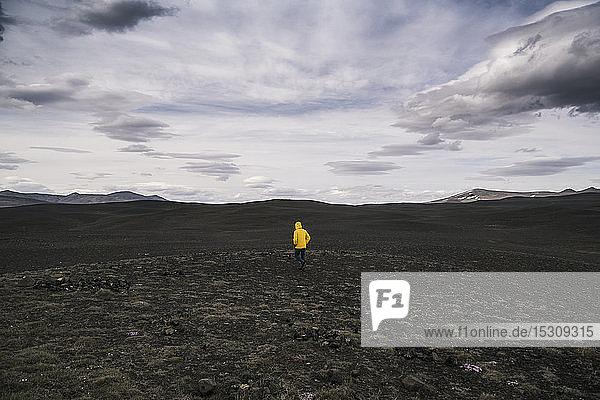 Erwachsener Mann wandert im isländischen Hochland