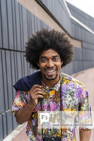 Porträt eines glücklichen Mannes mit farbigem Hemd
