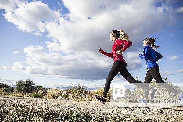 Junge Frauen laufen gemeinsam auf dem Land
