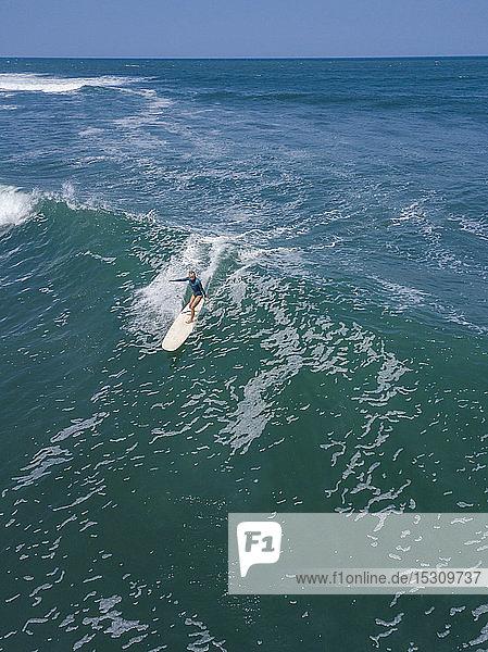 Luftaufnahme einer Surferin  Bali  Indonesien