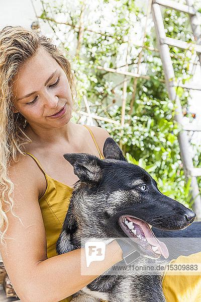 Husky-Schäferhund-Mischlingshund mit seinem Frauchen