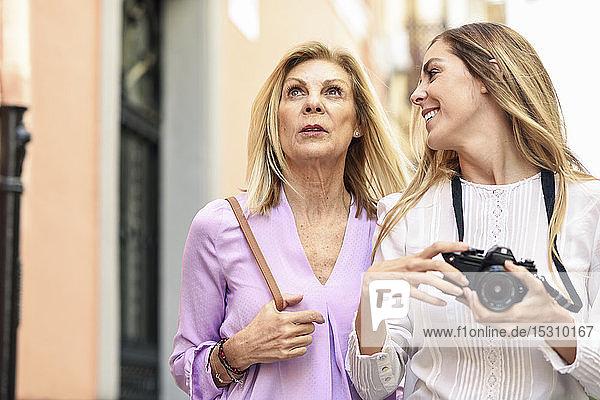 Reife Frau reist zusammen mit ihrer Tochter in die Stadt