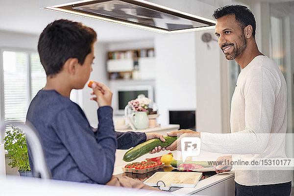 Vater und Sohn kochen gemeinsam zu Hause in der Küche