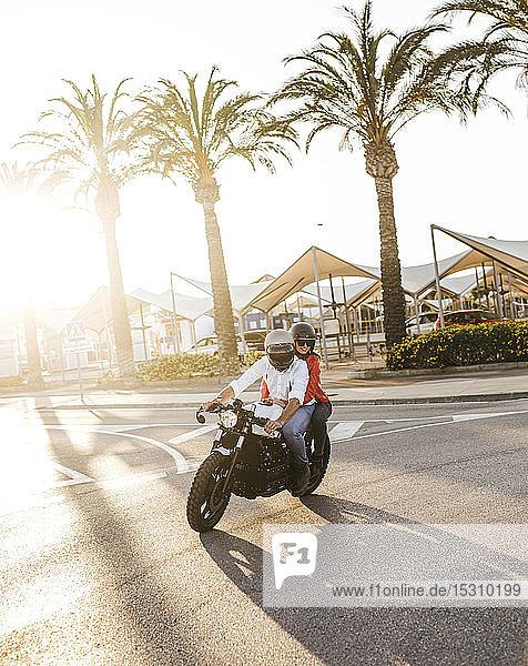 Motorradfahren zu zweit in der Abenddämmerung