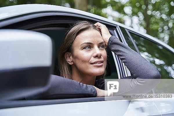 Frau in einem Auto  die zur Seite schaut