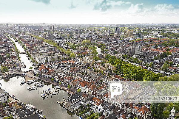 Luftaufnahme der Stadt Leiden mit Hafen