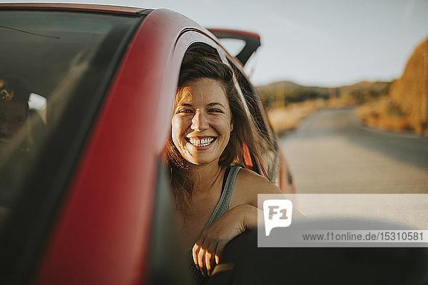 Frau auf einer Autoreise mit Blick aus dem Autofenster