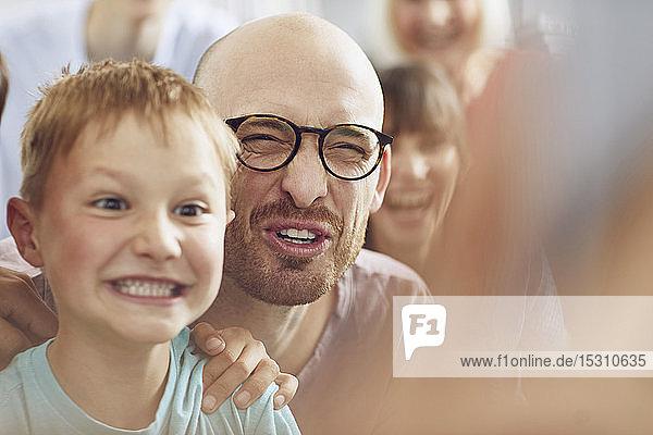 Vater und Söhne amüsieren sich zu Hause