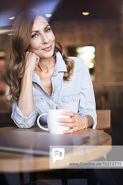 Geschäftsfrau mit einer Tasse Kaffee in einem Cafe