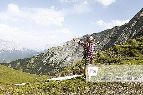 Mädchen wandern in den Bergen und geniessen die Natur