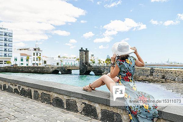 Frau mit weißem Sonnenhut in Arrecife  Spanien