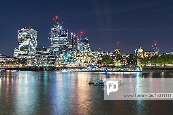 Die Skyline der Londoner Stadt mit der Themse bei Nacht   London  UK