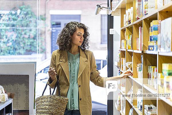 Junge Frau beim Einkaufen in einem Lebensmittelgeschäft