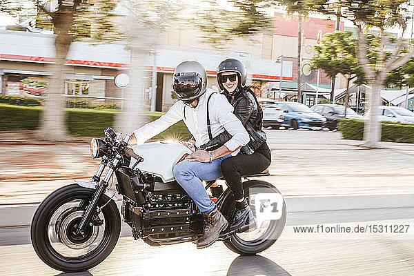 Motorradfahren zu zweit in der Stadt