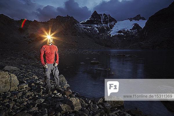 Wanderer mit stehendem Scheinwerfer am Lago de los Tres  Nationalpark Los Glaciares  Patagonien  Argentinien