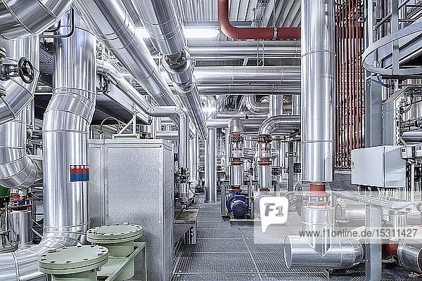Rohrleitungen mit Isolierung in einem technischen Raum