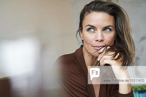 Porträt einer attraktiven brünetten Frau