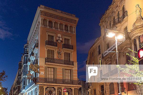 Casa Bruno Cuadros bei Nacht  Barcelona  Spanien