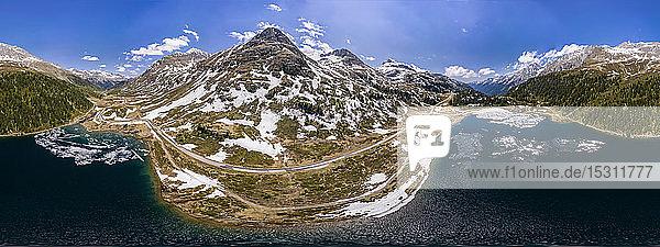 Landschaftliche Ansicht der kurvenreichen Straße durch das Defereggental  Osttirol  Österreich