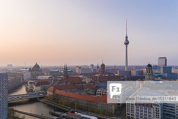 Hochwinkelansicht des Fernsehturms in Berlin gegen den Himmel bei Sonnenuntergang