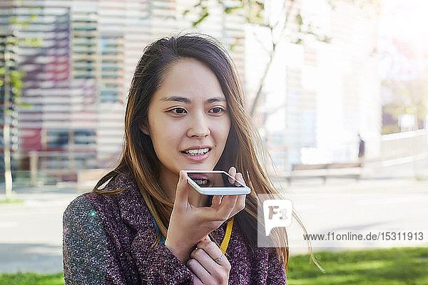 Frau sendet eine Sprachnachricht mit dem Handy  Barcelona  Spanien