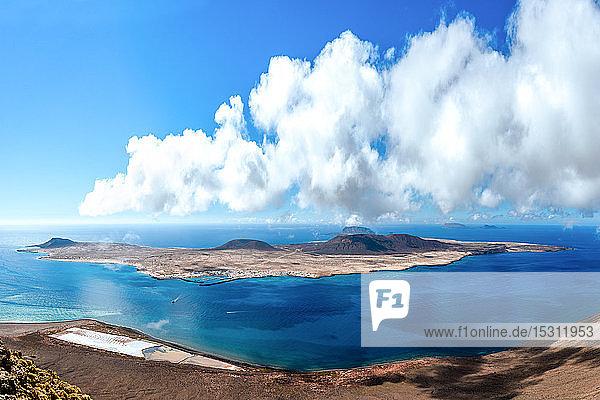 Blick auf die Insel La Graciosa von Lanzarote  Kanarische Inseln  Spanien
