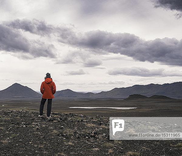 Junge Frau betrachtet Aussicht  Hochlandregion  Island