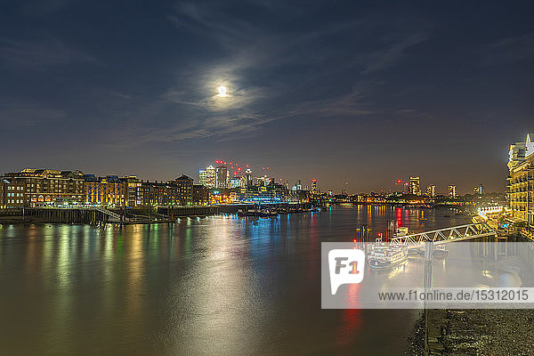 Skyline der Stadt London mit der Themse bei Vollmond   London  UK