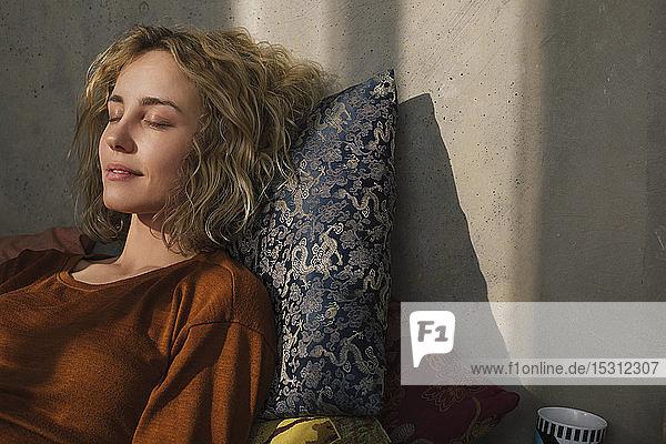 Porträt einer jungen Frau  die sich auf dem Bett ausruht