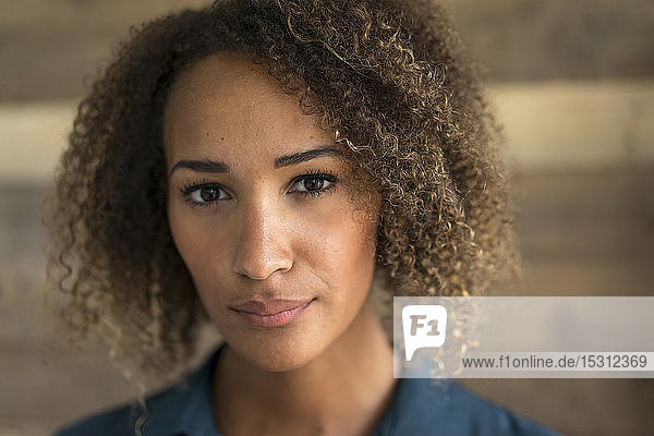 Porträt einer jungen Frau mit Ringellöckchen